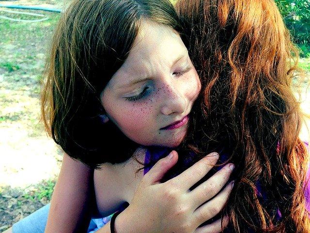 objetí holčiček