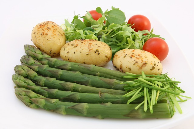 chřest, brambory, rajčata, salát