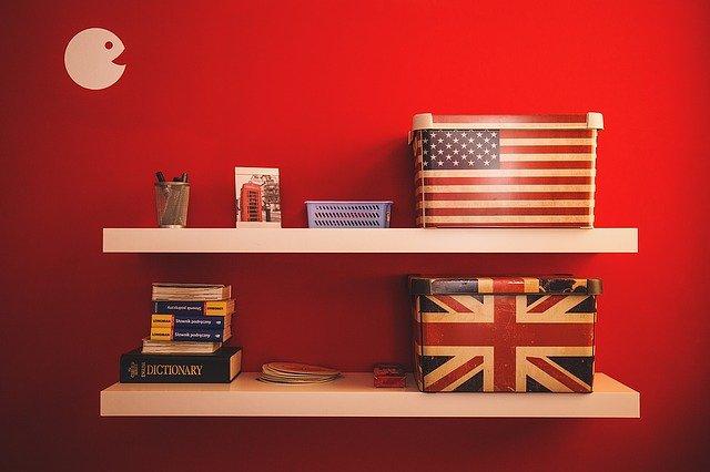 americké knihy a krabice