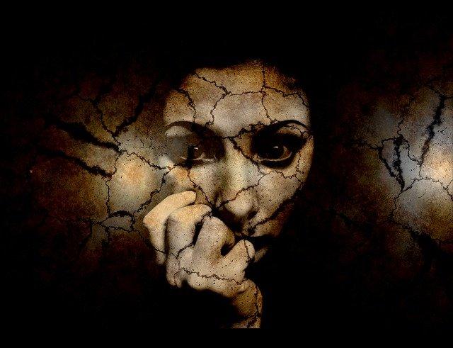 vyděšená žena