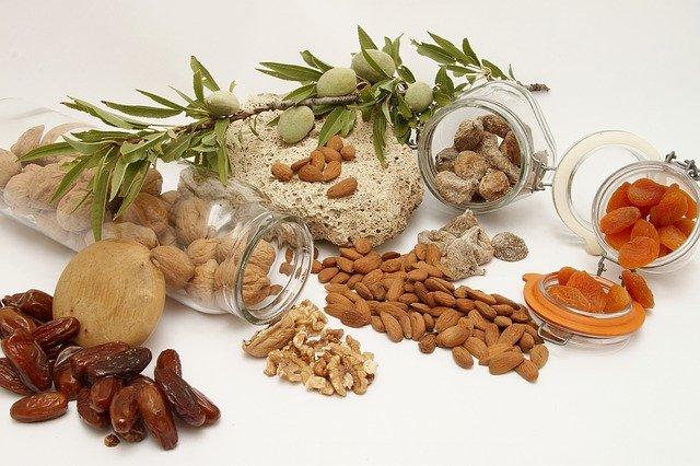 mandle, vlašské ořechy a sušené ovoce