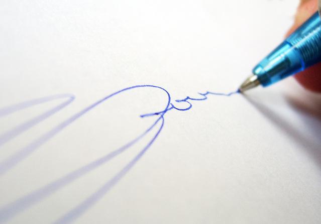 podepsání úvěrové smlouvy perem