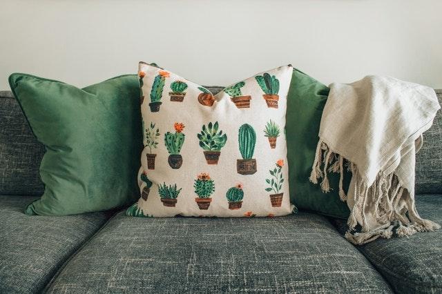 zelená sedačka, polštáře, detail.jpg