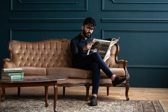 luxusní sedačka, muž, noviny.jpg